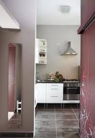 modulküche ikea wandfarbe küche hellgrün weiße küchenzeile schwarzer glas