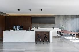 béton ciré sur carrelage mural cuisine carrelage béton ciré grand format et îlot en marbre dans une cuisine