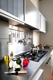configuration cuisine cuisine taupe et design réaménagée dans appartement haussmannien à