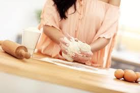 faire r馘uire en cuisine femme essayant de faire cuire quelque chose dans la cuisine