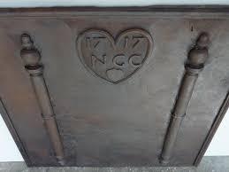 reverbere en fonte plaque cheminee ancienne contre coeur ancien en fonte louis xiv