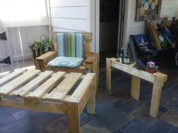 Wooden Pallet Patio Furniture by She Built A Patio Furniture With 3 Wooden Pallets Tips And Crafts