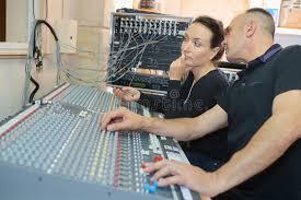 bureau d enregistrement team les ingénieurs travaillant au bureau de mélange dans le studio