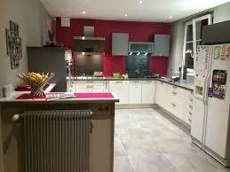 mur cuisine framboise cuisine blanche mur framboise affordable gamme de peinture avec un
