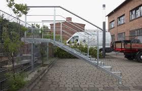 gelã nder treppe chestha holztreppe design außen