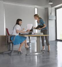 relation au bureau 10 conseils pour détendre l atmosphère au bureau cosmopolitan fr