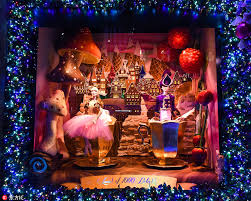 Christmas Window Decorations New York by Stores Decorate Windows For Upcoming Christmas Shopping Season