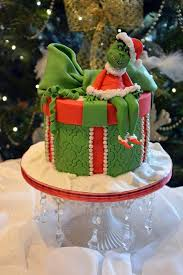 27 christmas cakes decorated in the most incredibly creative ways
