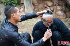 حلاق يحلق الشعر باستخدام منجل  Images?q=tbn:ANd9GcQ-Ty-dBuXuRRxvF_j6KKADml8fzRZUFvFcfacvzaufjfW0HzTS