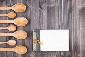 fonds de cuisine livre de cuisine recette cuillères sur fond de bois banque d images