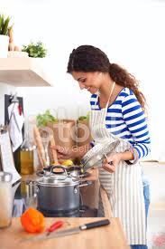 femme dans la cuisine femme debout dans la cuisine avec tablier photos freeimages com