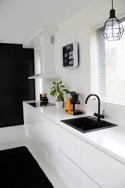 kitchen and dining design ideas keittiö mustavalkoinen mustavalkoinen keittiö musta hana keltainen