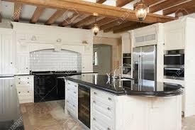 cuisine de luxe cuisine de luxe équipée dans la maison avec poutres apparentes
