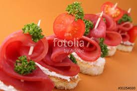 canapes aperitif canapés toast apéritif photo libre de droits sur la banque d