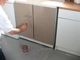 repeindre meubles cuisine peinture d une meuble de cuisine avec portes pression déco