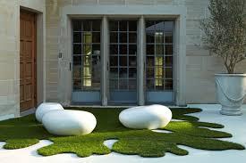 kunstrasen auf balkon kunstrasen für balkon und terrasse pflegeleicht und ganzjährig grün