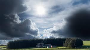 cachee chambre chambre cachée en ciel orageux d arbres photo stock image du