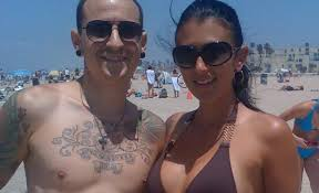 widow wedding ring chester bennington s widow reveals where his wedding ring is