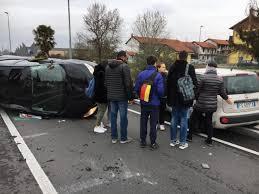 si e auto monza auto si ribalta paura e traffico in tilt giornale di monza