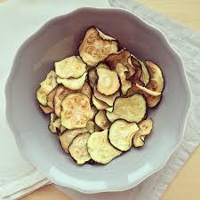cuisiner les l馮umes sans mati鑽e grasse chips de courgettes bowl spoon
