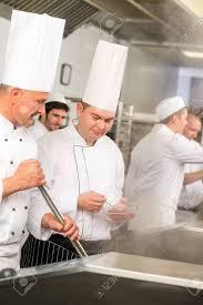 sexe dans la cuisine deux cuisiniers de sexe masculin travaillant dans la cuisine