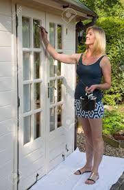 femme de bureau femme en mini jupe peinture extérieure de bureau de jardin banque