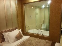 la chambre en direct salle de bain direct vue sur la chambre et donc la pagode par la