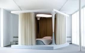 chambre en alcove alcove fermée par un rideau par mathieu lehanneur