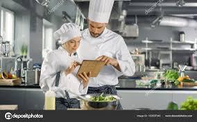 chefs de cuisine celebres hommes et femmes célèbres chefs discuter leur tandis qu é