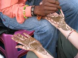 file a henna or mehndi applier rishikesh jpg wikimedia commons
