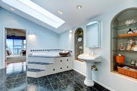 armadietto da bagno bagno matrice con la pavimentazione in piastrelle e la vasca da