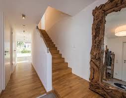 geschlossene treppen geschlossene eichentreppe mit stauraum unter der treppe modern