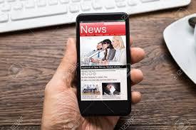 afficher sur le bureau up de la personne mains avec un téléphone mobile afficher
