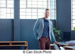 bureau entrepreneur debout bureau moderne seul homme affaires photo de