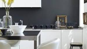 peinture blanche pour cuisine peinture mur pour cuisine blanche meuble blanc taupe noir bois