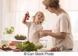 maman cuisine grand mère cuisine petit enfant grand mère cuisine image