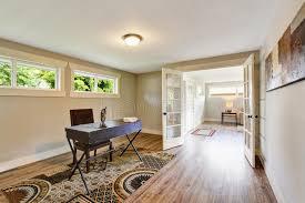 siege social mobilier de vieux siège social meublé spacieux avec le plancher en bois dur et