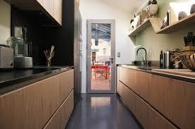 cuisine couloir cuisine couloir chêne et noir mat plan en granit
