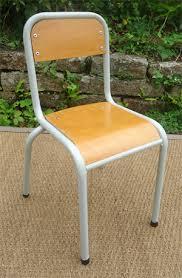 chaise d colier anciennes chaises d école primaire structure metal assise en bois