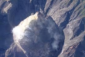 hasil foto drone perlihatkan rekahan kawah gunung agung meluas