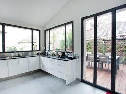 cuisine avec porte fenetre porte et fenêtre style verriere avec metal cuisine