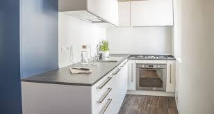 montage plinthe cuisine plinthe cuisine schmidt cuisine aubergine et inox aux lignes
