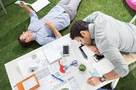 le bureau verte jeunes hommes d affaires dormant sur le tapis de table et d herbe