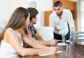 le bureau banquier banquier et marié parle sérieusement dans le bureau