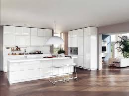 weiße küche mit holz weiße küche ideen mit küchentheke inklusive barstühle in holz