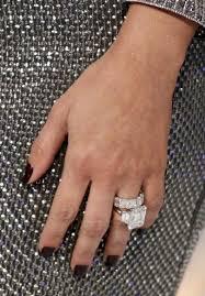 newlywed kim kardashian shows off her wedding ring at the 2011 mtv