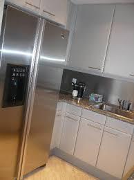 cuisine frigo americain cuisine frigo americain enorme et charge en boissons photo de