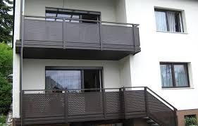 balkon lochblech balkongeländer mit querlattung und lochblech