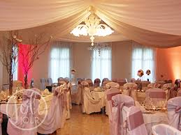 tenture plafond mariage location drapés blancs ou ivoires pour plafond joli jour