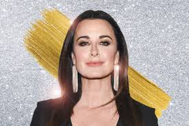 does kyle richards wear hair extensions kyle richards wears a short haircut see her faux bob lookbook